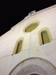Eglise blanche dans la nuit