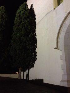 Cyprès en ombre portée sur l'église de Cadaquès