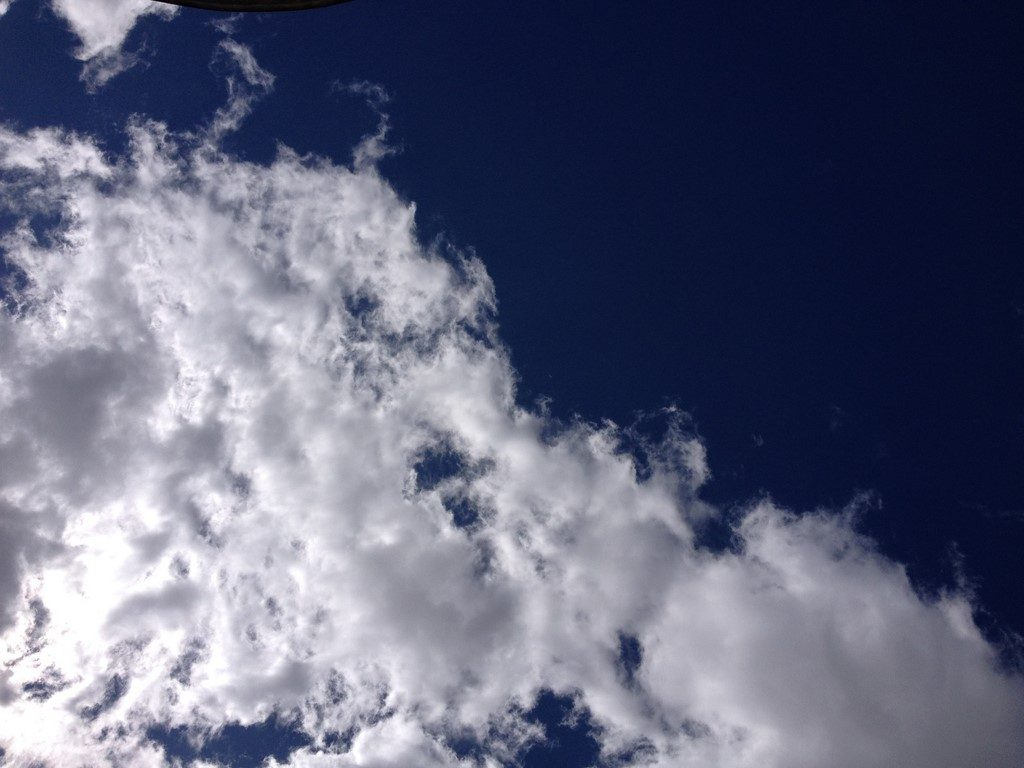 Ciel bleu, nuages blancs un lundi en septembre